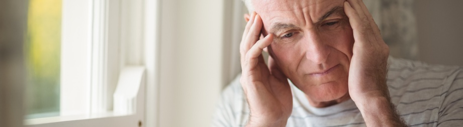 Mann leidet unter Tinnitus in den Ohren